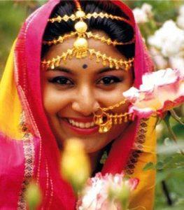 farbenfroh geschmückte Frau in Indien